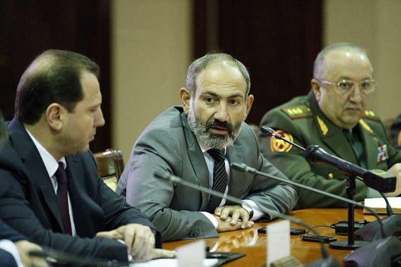 Paşinyan ve Movses Hakobyan (en sağda)