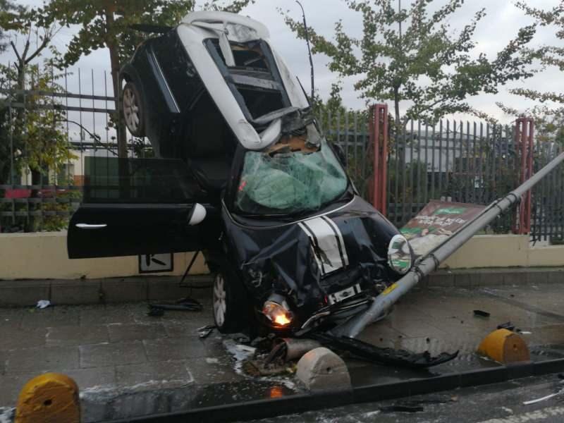 Kadıköy'de akıl almaz kaza, otomobil asılı kaldı