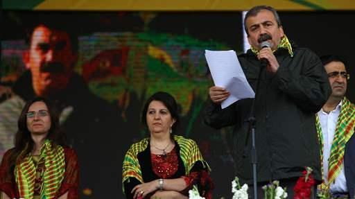 Sırrı Süreyya Önder, Öcalan'ın mektubunu Diyarbakır'da okumuştu.