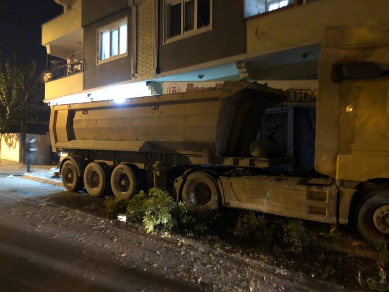 Freni boşalan kamyon iş yerine girdi