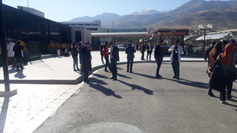 Son dakika: Malatya'daki deprem sonrası vatandaşlar sokaklara çıktı.