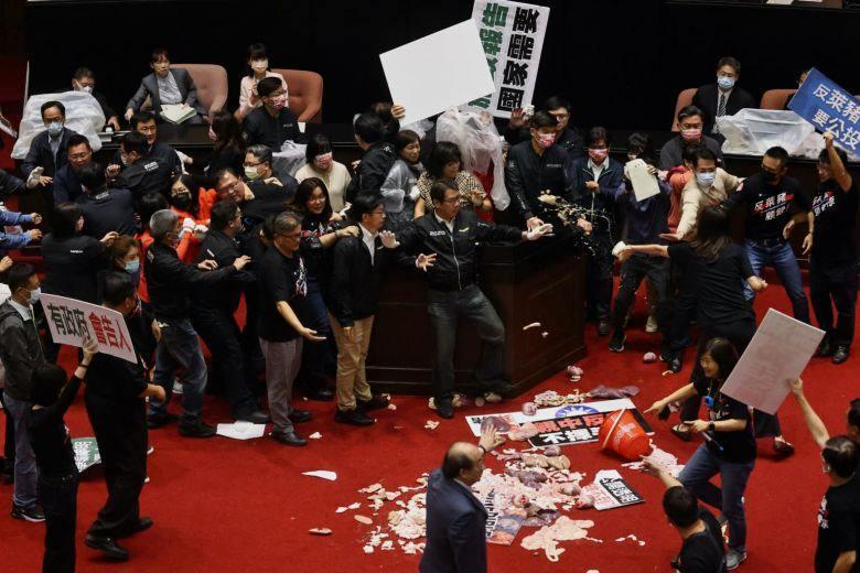 Tayvan parlamentosunda milletvekilleri birbirine bağırsak fırlattı